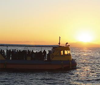 海と空が染まる幻想的な風景を船から眺める(昨年の様子)