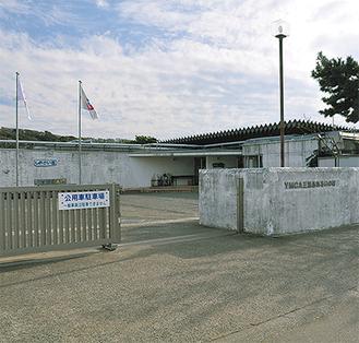 目の前に和田長浜海岸が広がる施設。一部で改良工事が行われたが、老朽化も目立つ