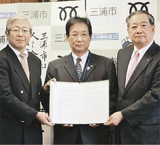 協定を結んだ(写真左から)飯島医師会会長、吉田市長、林代表執行役