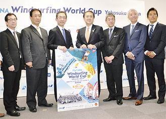 副会長として会見に臨んだ吉田三浦市長(左から2番目)