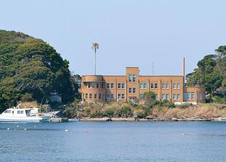 海を臨む実験所本館