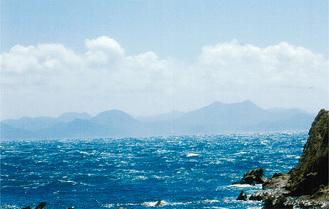 松輪大浦の海から富山(とみさん)を望見