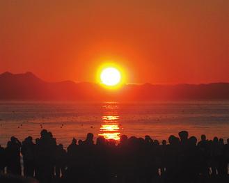 房総半島越しに昇る三浦海岸の初日の出
