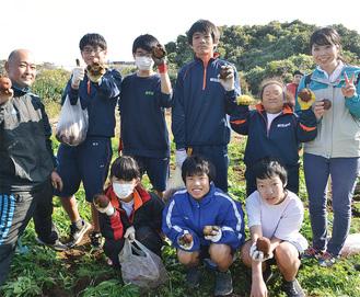 収穫を喜ぶ三崎中学校の生徒たち