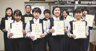 表彰状を受け取った南下浦中の生徒たち