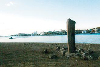 遊ヶ崎の砂浜に立つ白秋碑