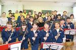 来月の公演に向け意気込む朝本さんや三崎中生徒ら