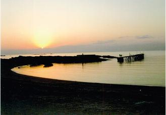夕日の荒井浜と観光船乗り場跡