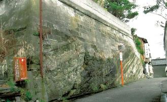 今も残る切通道の崖面