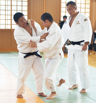 鈴木さんから技の手ほどきを受け、練習する子どもたち