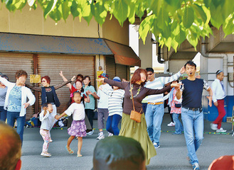 踊りを楽しむ参加者(前回の様子/主催者提供)