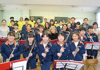 今年2月、2回目の港音楽祭の成功を収めた朝本さんと三崎中生徒ら