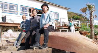 作業が一段落したカヌーに座る(左から)土橋さん、豊岡さん、齋藤さん