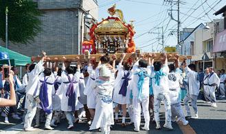 氏子町内をにぎやかに渡御する神輿(昨年の様子)