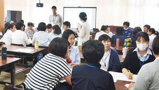 認知症の人への対応を議論する参加者