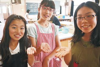 真珠を手に喜ぶ児童たち