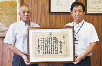 受章した高梨さん(写真左)