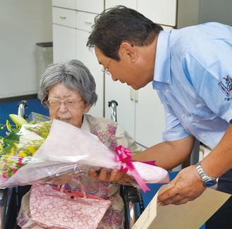吉田市長から祝いの花束が贈られた