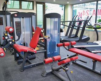 広々とした室内に最新のトレーニングマシンを完備