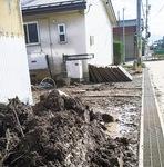 道端によけられた泥や畳
