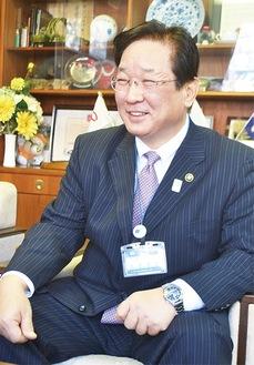 インタビューに答える吉田市長