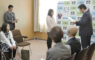 吉田市長から表彰状を受け取る受賞者