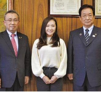 吉田市長と及川圭介教育長を表敬訪問した伊藤さん(写真中央)