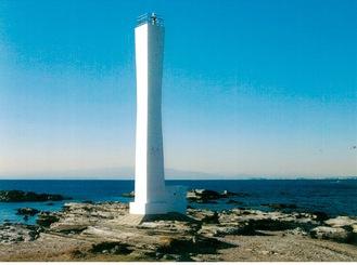 神社の裏の浜に立つ諸磯灯台