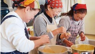 作り方を教わりながら調理を楽しむ