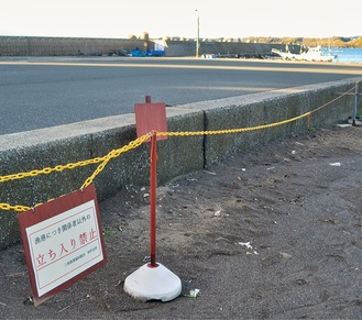 堤防への進入を禁止する案内板