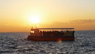 沈む夕日を海上からゆったりと眺める(写真はイメージ)