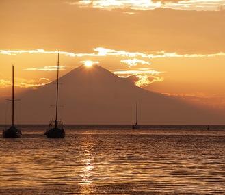 諸磯湾から眺めたダイヤモンド富士(小林さん提供)