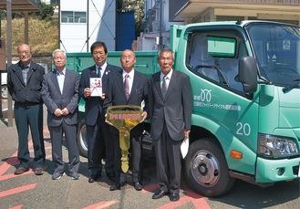 吉田市長とファイバーリサイクル運営委員会メンバー