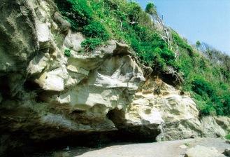 眉山が歩いたであろう油壷(マリンパーク下)の海辺の岩々