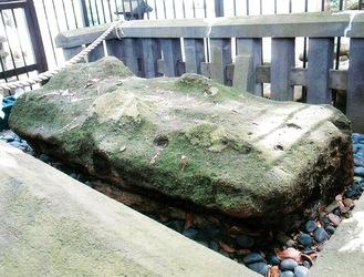 安房口神社の御神体「飛び石」