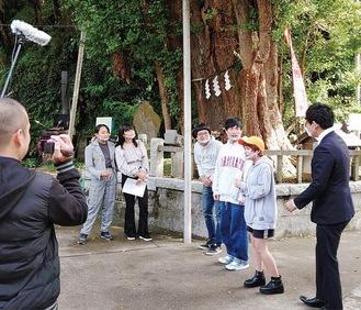 海南神社で行われた動画撮影の様子(写真提供/三浦JC)