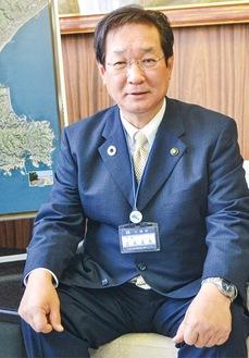 取材にこたえる吉田英男市長