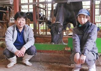 乳牛の飼育を担当する伊藤さん=写真左=と松田さん