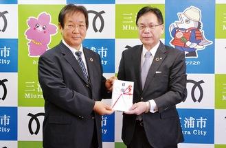 受納式に出席した平松理事長(写真右)と吉田市長