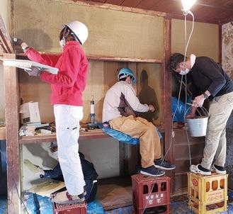 土壁塗りワークショップの様子(写真提供/空き家レスキュー)