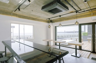 窓から海を一望する「BAYSIDE SHARE 三浦海岸」(提供写真)