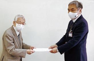 公開質問状を手渡す田中健介会長(写真左)