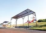 潮風スポーツ公園に設置された大型遊具と、屋根が新設されたベンチ
