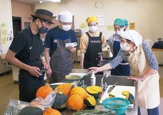 旬の野菜を使った料理を調理した(写真提供/三浦市)