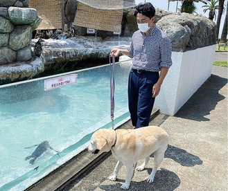愛犬のアリスも初めて目にするペンギンに興味深々