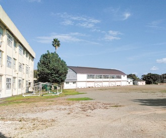 市役所や市民利用施設として使われている旧三中校舎