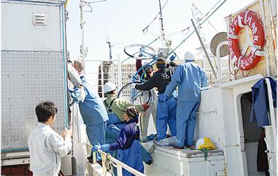 三崎港から救援物資