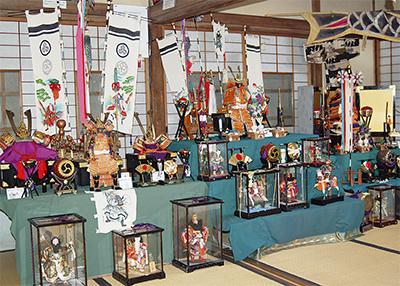 昭和の各年代の五月人形を展示