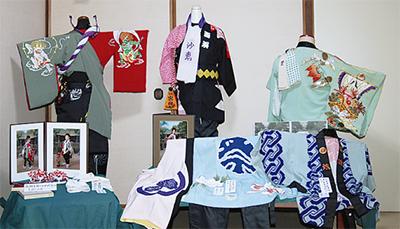 海南神社の例大祭衣裳を展示