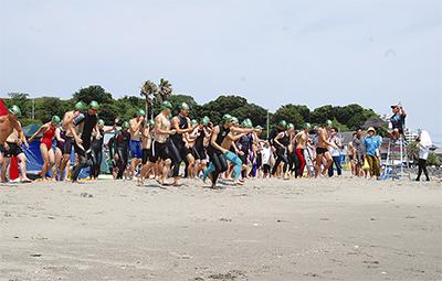 300人が金田湾を遠泳